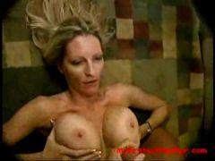 Vollbusige Blondine gibt Sex Unterricht