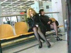 Auf dem Flugplatz frivol die Fotze gezeigt