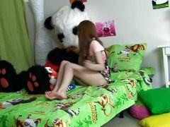 Teeny Girl von Panda mit Dildo gefickt